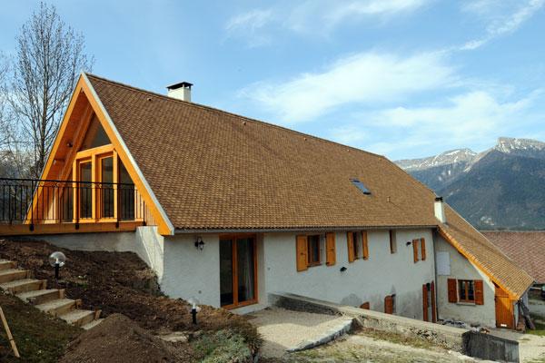 Architecture réalisation d'une toiture en tuiles écailles isolation en ouate de cellulose