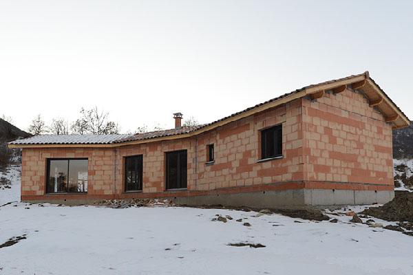 fenêtre aluminium et murs brique